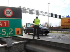 Auto botst tegen vrachtwagen op A1