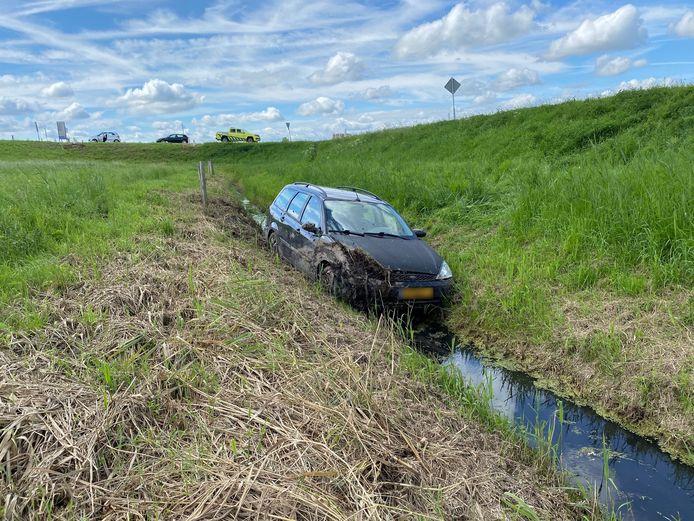 Hoe de auto in de sloot terecht kon komen, is niet duidelijk.
