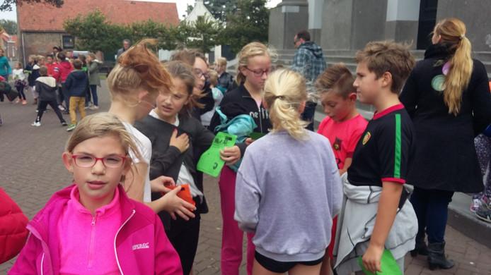 Leerlingen van Binnen de Veste rennen voor bruinvissen.