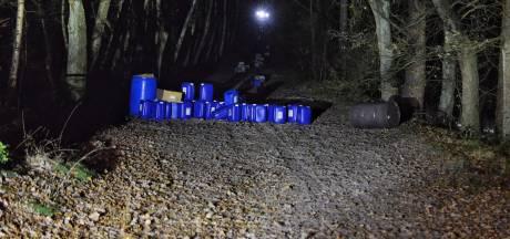 Meer dan honderd jerrycans met vermoedelijk drugsafval gedumpt in Ossendrechts bosgebied