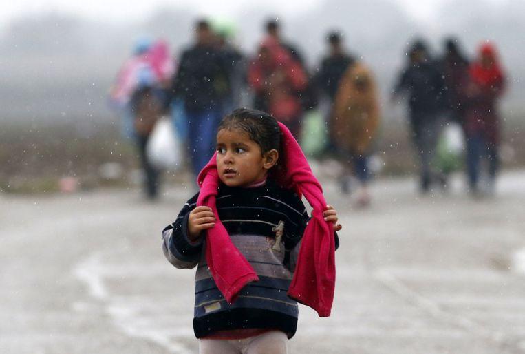 Meisje op de grens tussen Kroatië en Servië Beeld anp