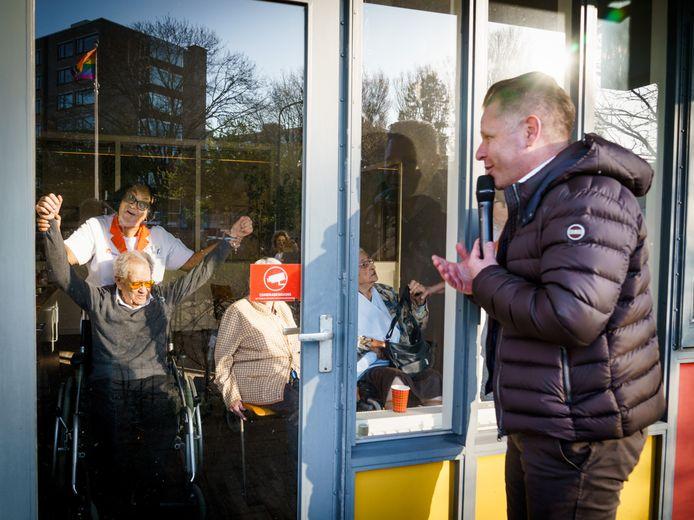 Volkszangers Ronnie Ronaldo, John Dame (foto) en Mark Verkade gingen langs vijf verpleeghuizen in de regio.