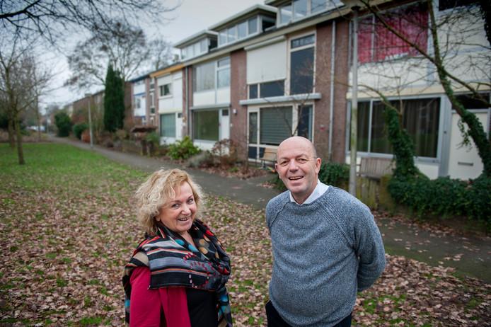 Annie Heesters en Gabbie van der Kroef met op de achtergrond woningen in De Buitenpepers, mogelijk aardgasvrij in 2050.