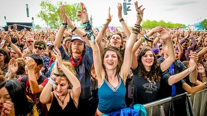Veel rockgeweld op derde festivaldag Rock Werchter, dat in de regen wakker werd