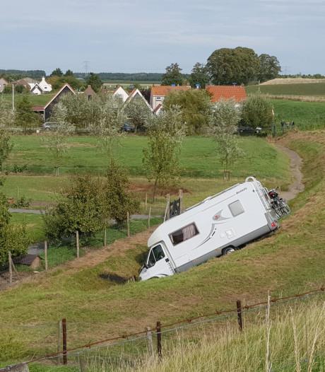 Man uit Heeswijk-Dinther vergeet handrem: camper dendert van de dijk