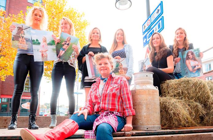 Carla Visschedijk heeft de boerinnenkalender voor haar zoon gekocht