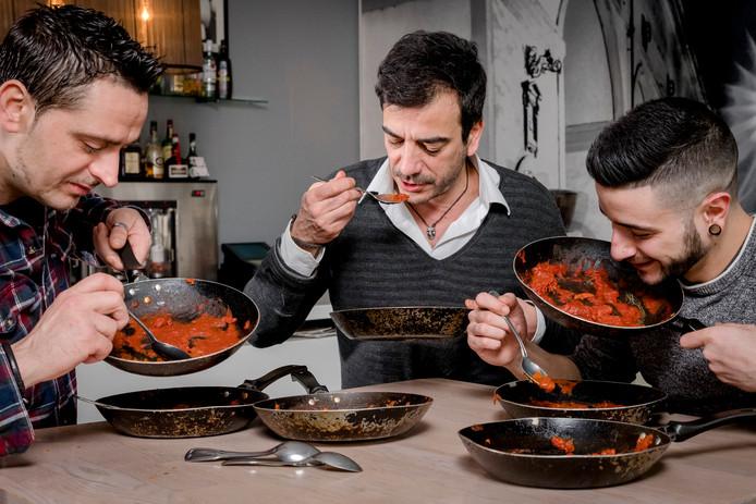 Bij restaurant Dolce Vita in Alphen aan den Rijn - dat vorige maand na hardnekkige lekkages noodgedwongen de deuren sloot - worden 7 pastasauzen getest. Op de foto zien we (vlnr.) Rocco, Stefano en Alessandro terwijl ze de sauzen proeven. Foto Joost Hoving