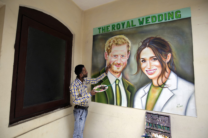 Niet alleen in Windsor ook in het Indiase Amritsar  kunstenaar Jagjot Singh druk met een koninklijk portret. Foto Pal Singh