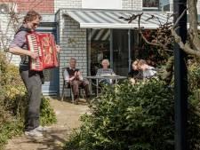 Dementerende moeder Lous (80) is jarig, vader Frans wordt zondag 90 en dus kwam een accordeonist spelen in de tuin