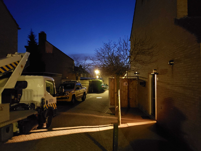De politie hangt bewakingscamera's op bij het huis van de familie Kooistra in Zwolle waar op 26 februari een aanslag werd gepleegd met twee granaten.