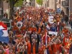 Oranjefans feesten er op los in Tilburg