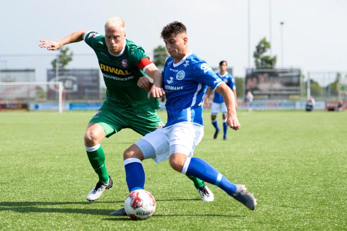 Ruben Rodrigues van FC Den Bosch in duel met een speler van FC Dordrecht.