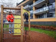 Speeltoestel in Steenwijk moet weg vanwege privacy buren: 'Ze kijken op tafel wat je eet'