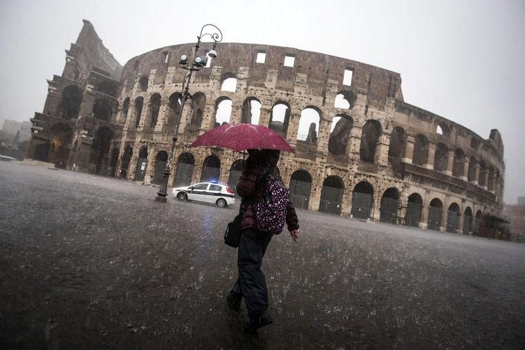 Het gesloten colosseum, gisteren in Rome. Beeld epa