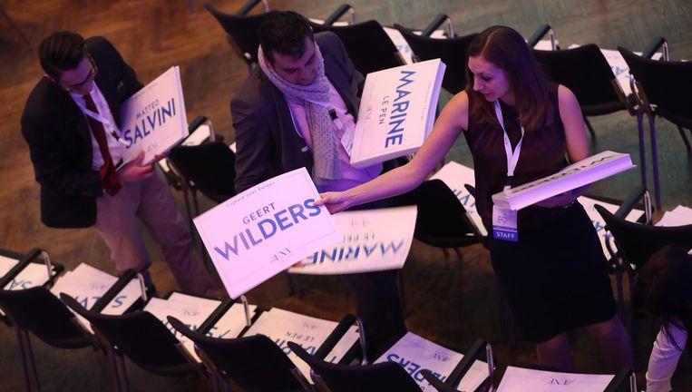 In januari vond in Koblenz een conferentie plaats van rechts-populisten in Europa. Een medewerkster treft voorbereidingen. Beeld Getty Images