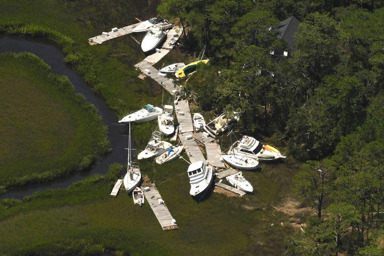 De storm veegde boten op een hoop in Southport, North Carolina. Beeld AP
