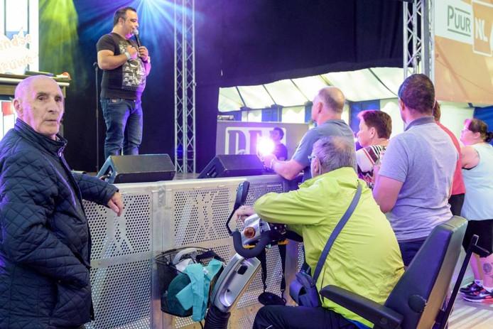 """Jo Janssen (geelgroene jas) is vaste gast in de Hollario-tent op de kermis. """"De artiesten herkennen me allemaal."""" foto Jean Pierre Reijnen"""