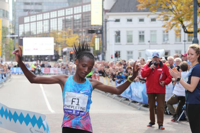 Chepleting wint de marathon van Eindhoven