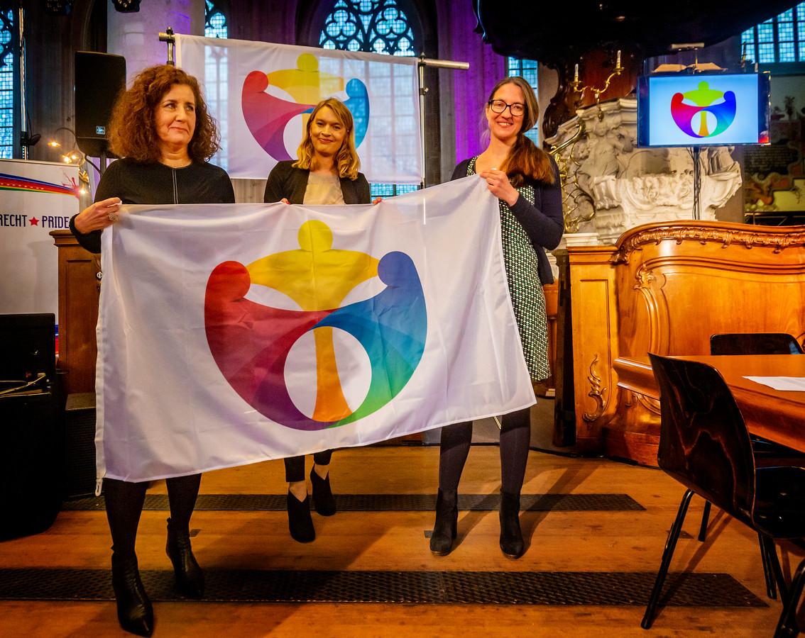 Minister Ingrid van Engelshoven (links) nam het eerste exemplaar van de nieuwe vlag in ontvangst.