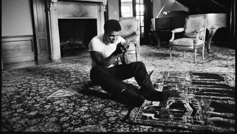 Muhammad Ali bidt in zijn huis. Beeld null