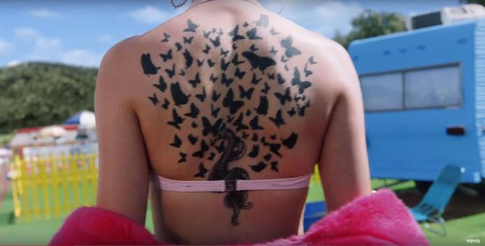 De getatoeëerde rug van Taylor Swift.