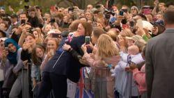 Fan in tranen na knuffel van Prins Harry