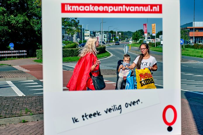 Bij de fietsoversteekplaats op de Blaaksedijk laat Marloes uit Maasdam zich ook overhalen om deel te nemen aan de Verkeershelden Challenge tijdens de themaweek voor verkeersveiligheid