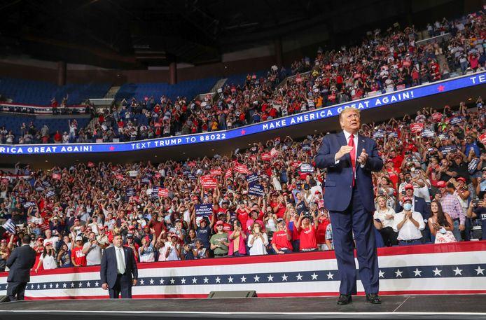 Donald Trump op het podium in Tulsa, Oklahoma.