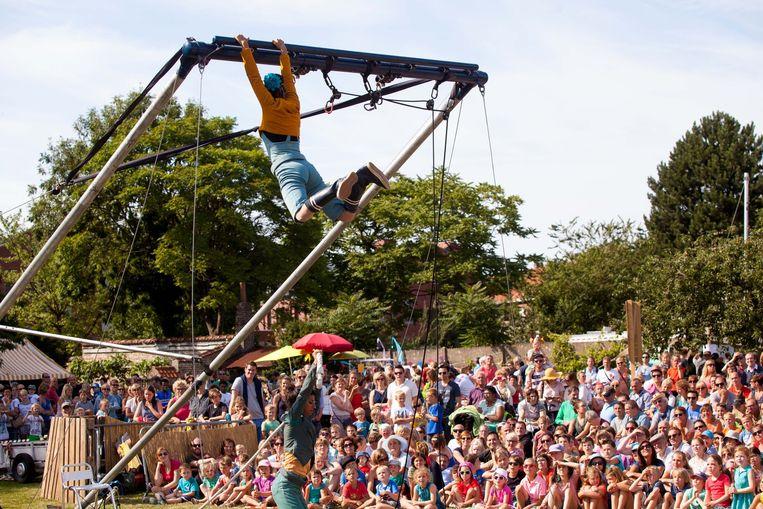 Het volk zat geboeid te kijken naar de acrobatische toeren.