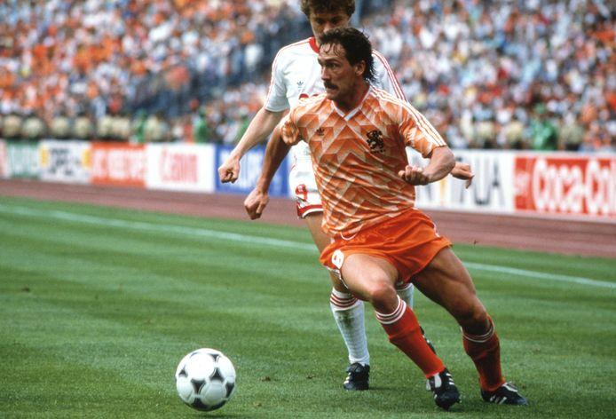 Berry van Aerle aan de bal tijdens de gewonnen EK-finale van 1988.