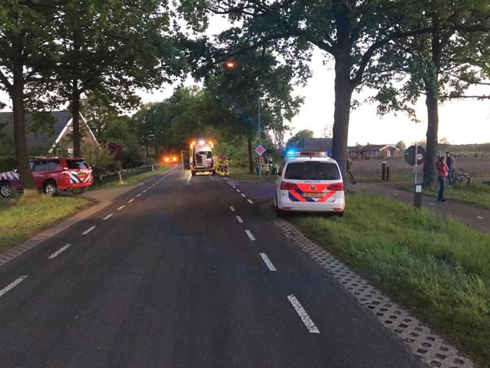 Bij het ongeval is de auto tegen een boom tot stilstand gekomen.