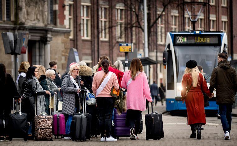 Toeristen in het centrum van Amsterdam. Beeld Hollandse Hoogte /  ANP