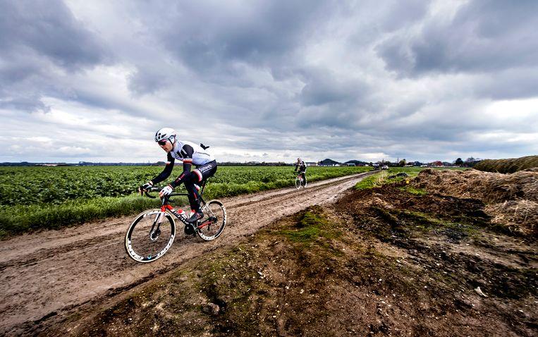Team Sunweb verkent de kasseistroken op het parcours van Paris-Roubaix.  Beeld klaas jan van der weij / de volkskrant