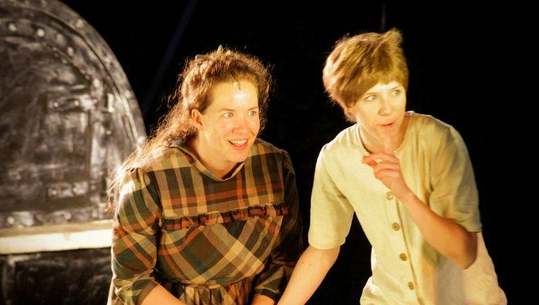 Nina van Essen en Jeannette van Schaik als Hans en Grietje. Beeld null