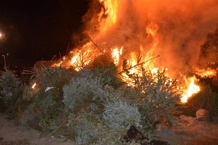 De kerstbomen worden in brand gestoken.