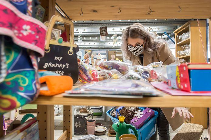 Sylvia Vergunst speurt de speelgoedschappen af op zoek naar Sint-cadeautjes voor zoon Daan (3).