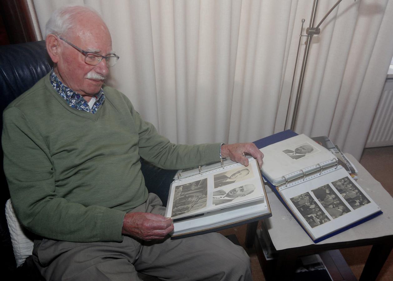 Leo Blom kijkt naar foto's van zijn vader, FC Eindhoven-coryfee Gerrit Jan Blom