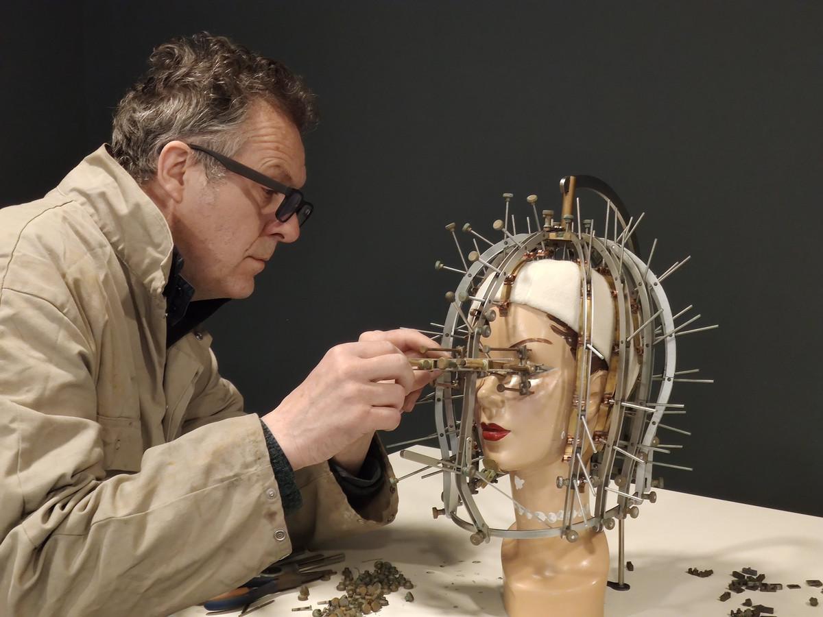 Marc De Jonghe van Bizarium in Sluis werkt aan de Beauty Calibrator, uitgevonden door Max Factor (1932).