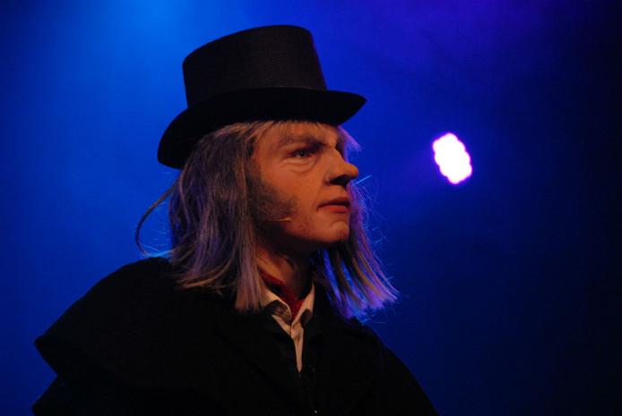 De multigetalenteerde Bram Roovers vertolkt de rol van Ebenezer Scrooge.