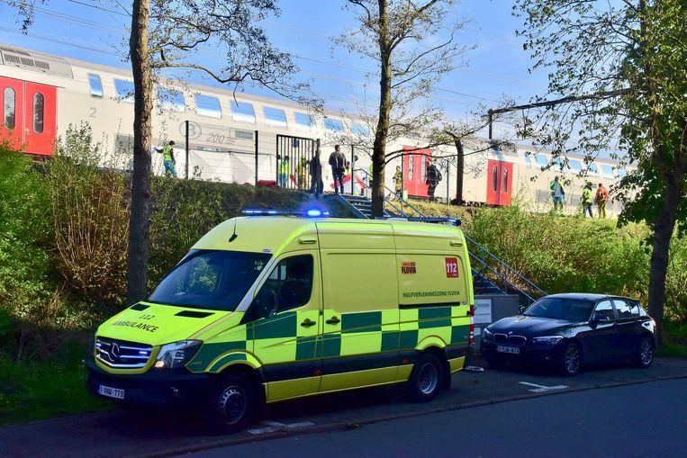 Het ongeval gebeurde ter hoogte van de Stasegemsestraat, de trein kwam enkele honderden meter verder tot stilstand.