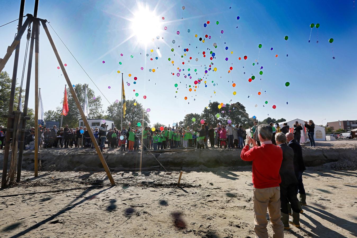 Kinderen laten ballonnen op bij de ingebruikname van de nieuwe Brede Zorgschool op Rauwenhof in Tiel in 2013. In de gemeente geldt voor zo ver bekend nog geen verbod op het oplaten van ballonnen.