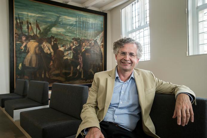 Directeur Dingeman Kuilman poseert in het cafégedeelte van het Stedelijk Museum Breda. Op de achtergrond het schilderij De Overgave van Breda, een kopie die Kees Maks in 1903 maakte van het beroemde werk van de Spaanse kunstenaar Velásquez.