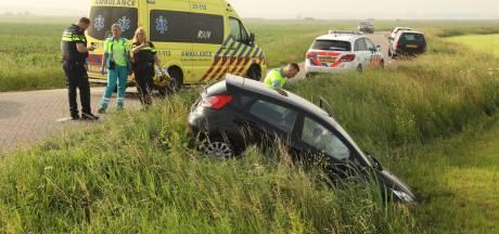 Automobiliste rijdt met auto van talud in Maren-Kessel