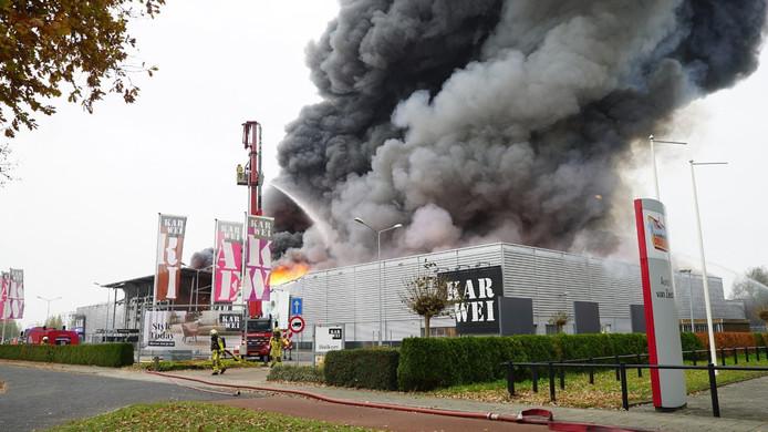 Vlammen slaan uit het dak.