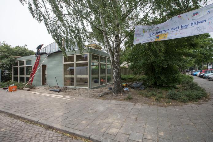 Vrijdag is het nieuwe buurthuis voor ZorgSamenbuurt op het speelterrein aan de Madernolaan in de Eindhovense wijk Prinsejagt 3 geplaatst.