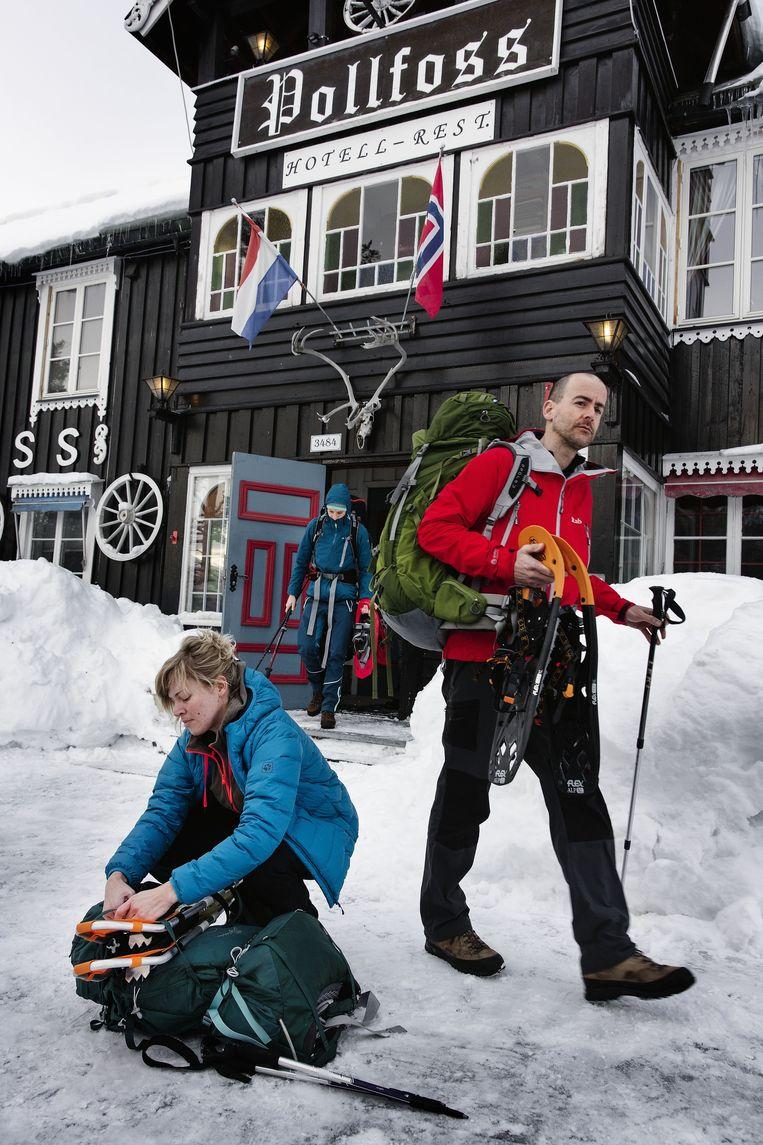Twee geredde wandelaars uit de Nederlandse wandelgroep. Beeld Daniel Rosenthal / de Volkskrant