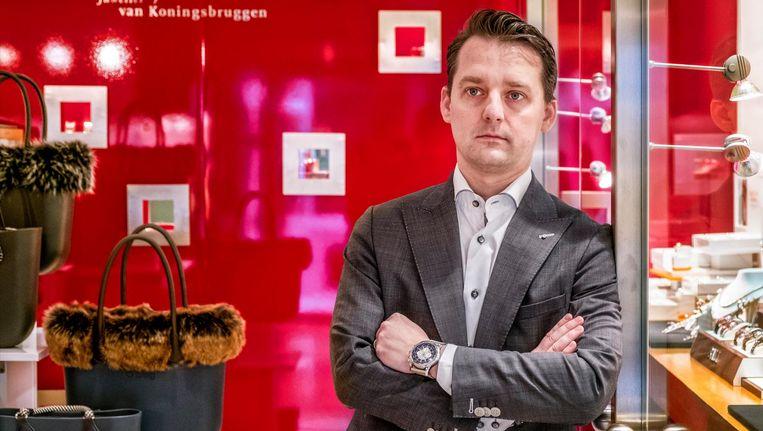 Juwelier Bas van Koningsbruggen, voor zijn winkel in Zoetermeer. Beeld Raymond Rutting