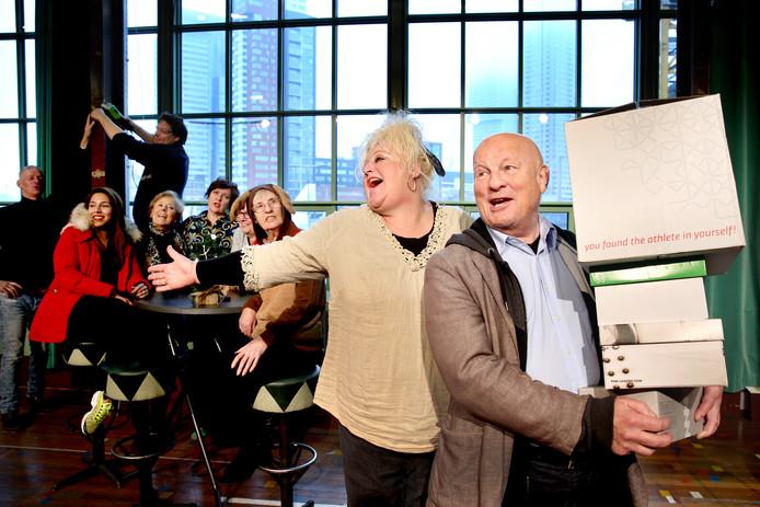 Gerda Lems en Paul van Soest in Café de Kapenees. ,,Heel Rotterdams. Mensen gewoon bij elkaar zetten.''