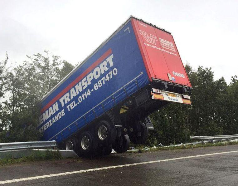 Op het knooppunt van de A12 ging een vrachtwagen aan het slippen. Hij belandde met zijn neus in de berm.