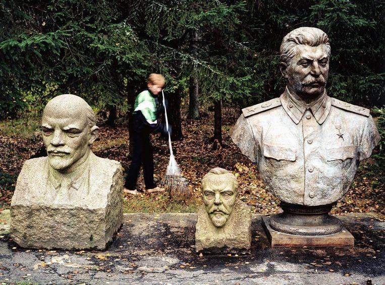 De bustes van de communistische leiders Lenin en Stalin in het Grutas Park in Vilnius, Litouwen. Beeld Martin Roemers